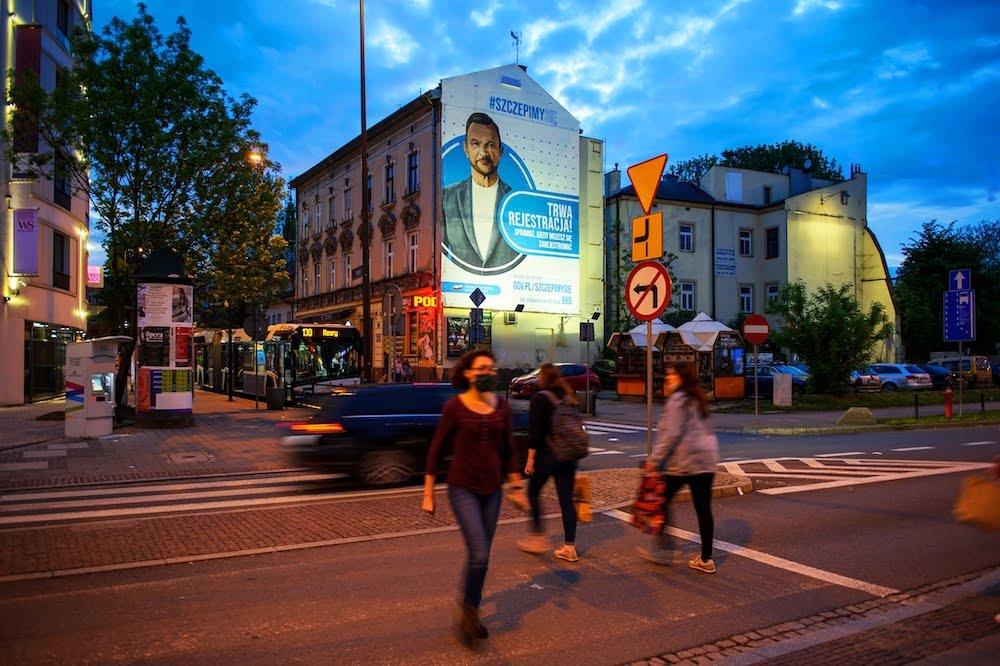 Eko mural z wizerunkiem Cezarego Pazury. Szczepimy Się. Farby KNOxOUTi