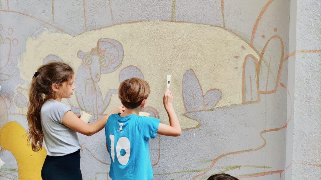 Brave Kids 2021 dzieci tworzą eko murale na Przedmieściu Oławskim we Wrocławiu, malują farbami KNOxOUT