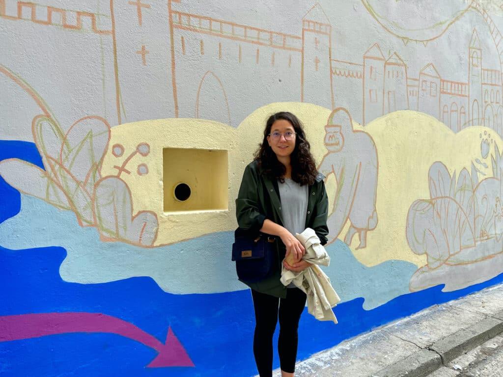 Veronika Hozjan Brave Kids 2021 artystka wspiera dzieci w malowaniu eko muralu we Wrocławiu farbami antysmogowymi KNOxOUT