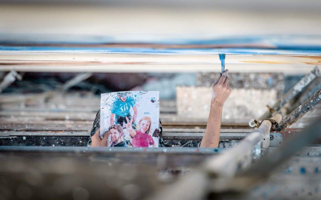 Podczas malowania eko muralu antysmogowego firmy Sii, użyte farby KNOxOUT