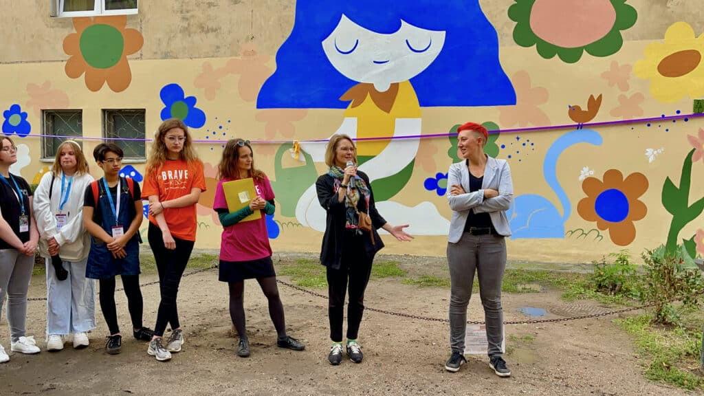Finał Brave Kids obok eko muralu malowanego antysmogowymi farbami KNOxOUT