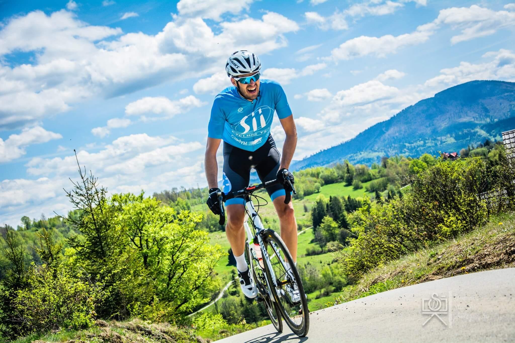 Kamil Hajda z Sii Polska jeździ na rowerze w wyścigu górskim w Rajczy