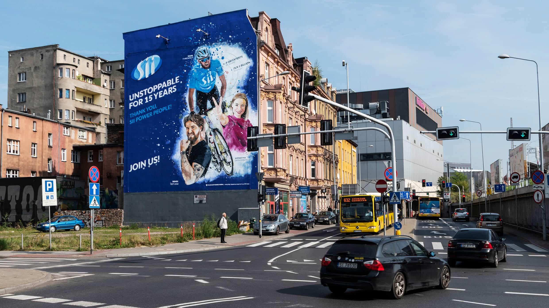 Pracownicy Sii Polska na antysmogowym muralu w Katowicach